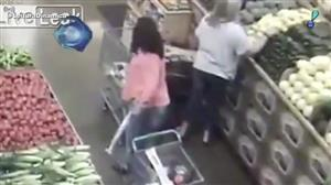 Mulher é flagrada roubando carteiras em supermercado da Califórnia