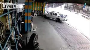 Câmera de segurança flagra acidente de moto gravíssimo na Tailândia