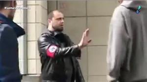 Homem com braçadeira de suástica é agredido nos EUA