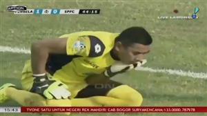 Goleiro ídolo na Indonésia morre após choque com brasileiro durante jogo