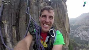 Norte-americano salta de penhasco preso apenas por uma corda