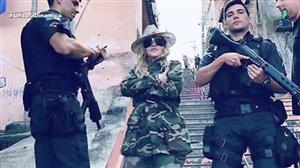 Madonna visita favela no RJ e posa com policiais