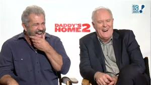 Mel Gibson e John Lithgow esbanjam bom humor ao falar do Brasil