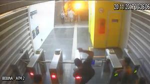 Homem é flagrado depredando estação de ônibus no Rio de Janeiro