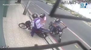 Câmera flagra roubo de moto e tiroteio em Fortaleza