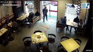 Câmera flagra susto de entregador ao tentar entrar em restaurante na China