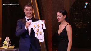 Cristiano Ronaldo recebe a bola de ouro pela quinta vez