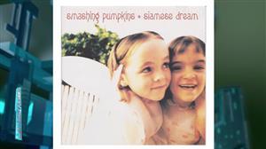 """Smashing Pumpkins reúne """"garotinhas"""" de capa clássica de disco após 25 anos"""