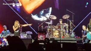 Fã aniversariante toca bateria em show do Foo Fighters em São Paulo