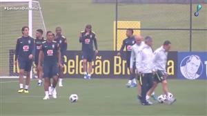 Douglas Costa se apresenta com lesão na seleção brasileira
