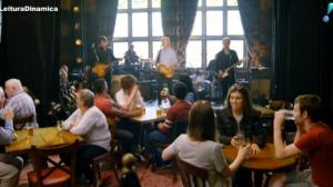 Paul McCartney visita casa onde morou e enlouquece fãs ao tocar em bar