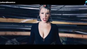 Pink esbanja energia ao lado de dançarinos no clipe da canção 'Secrets'