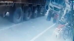 Câmera de segurança flagra atropelamento de policiais na Índia