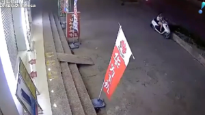 Câmera de segurança flagra acidente impressionante na China