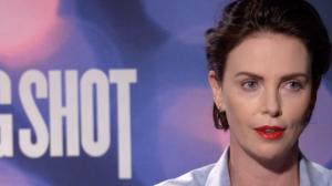 """""""Elejam uma mulher"""", diz Charlize Theron sobre política atual"""