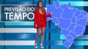 Munik Nunes se enrola com o mapa do Brasil ao fazer previsão do tempo