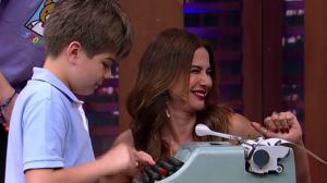 Filhos de Luciana Gimenez se divertem com máquina de escrever