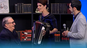 Caçulinha ensina Mariana Godoy a tocar sanfona