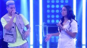 MC Loma e MC Jottapê cantam juntos no palco do programa