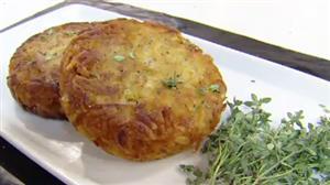 Aprenda a preparar batata rosti recheada com requeijão e bacon