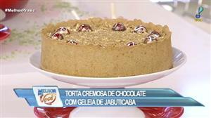 Edu Guedes e convidada ensinam receita de torta de chocolate