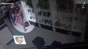 Mulher impressiona com habilidade de roubar perfumes em loja