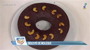Edu Guedes e convidada ensinam receita de bolo de pé de moleque