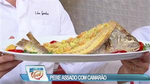 Edu Guedes ensina receita de peixe assado com farofa de camarão