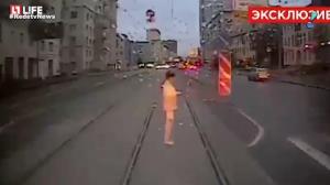 Mulher distra�da por celular morre ao ser atropelada por trem