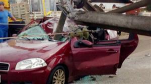 Mãe e filho sobrevivem após poste esmagar carro em SC