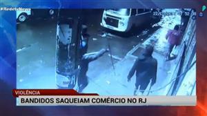 Câmeras de segurança flagram ousadia de bandidos no centro do Rio
