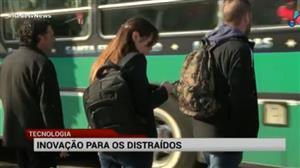 Iniciativa chama atenção para pedestres distraídos com o celular