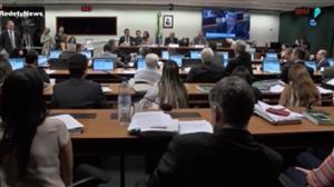 Comissão aprova fundo público para campanha e 'distritão'
