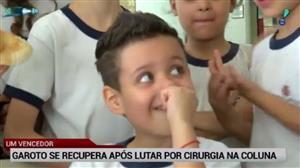 Exclusivo: garoto se recupera após lutar por cirurgia na coluna