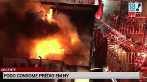 Fogo consome prédio em Nova York