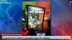 Garoto fica preso em máquina de ursos de pelúcia