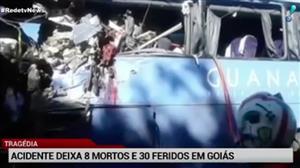 Oito pessoas morrem após batida de ônibus com carreta em Goiás