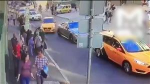 Táxi avança sobre pedestres e atropela grupo de turistas em Moscou