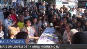 Adolescente vítima de bala perdida é enterrado no Rio de Janeiro