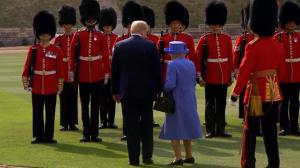 Donald Trump comete gafe em encontro com a rainha da Inglaterra
