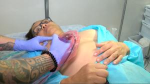 Maior convenção de tatuagem do mundo adere ao combate ao câncer de mama