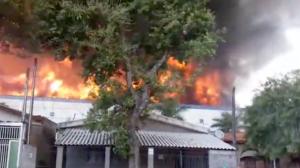 Incêndio de grandes proporções atinge indústria farmacêutica em São Paulo