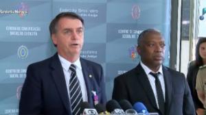 Jair Bolsonaro é condecorado pelo Exército por salvar soldado em 1978