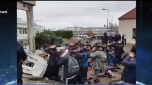 Vídeo mostra estudantes ajoelhados diante de policiais na França