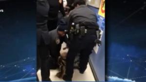 Policiais tiram criança de um ano à força dos braços de mãe presa nos EUA