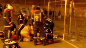 Jovem morre ao levar choque em grade de gol enquanto jogava futebol