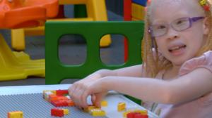 ONG desenvolve projeto em que crianças aprendem braille brincando