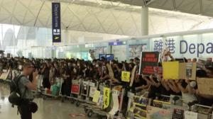 Aeroporto de Hong Kong reabre após quatro dias de protestos