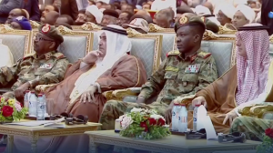 No Sudão, militares e líderes assinaram um acordo de transição
