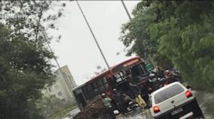 Ônibus é atingido por rocha gigante em MG e fere 4 pessoas